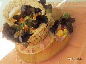 Кошничка од тесто со салата