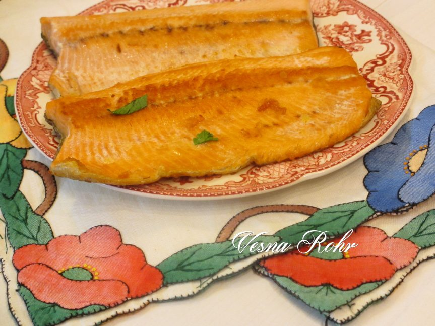 Пржена пастрмка со сос и шпецли