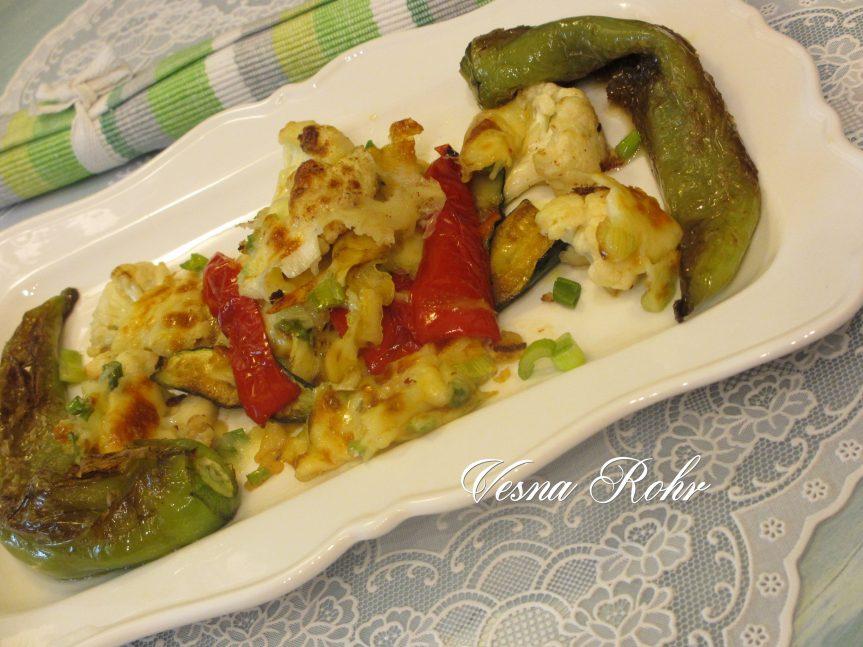 Карфиол, тиквици и пиперки со кашкавал