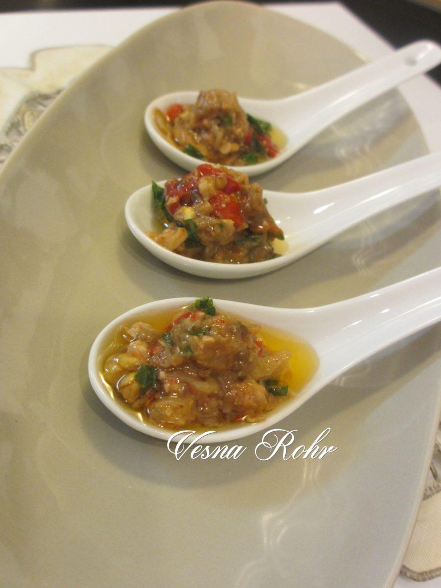 Пинџур со модар патлиџан и пиперки